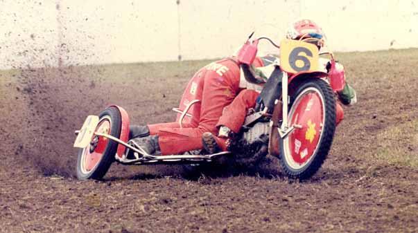 Godschalk sloot zijn lange carrière af als bakkenist in de grasbaanraces, opnieuw bij Luc Descheemaeker.