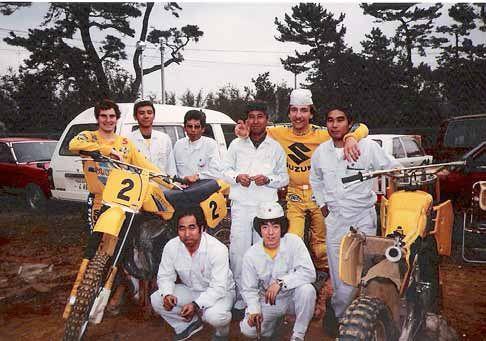 Vromans (links) en Jobé (met petje) reden in 1982 en 1983 samen voor Suzuki. Omdat Vromans een goede testrijder was, moest hij ook vaak de motor van Jobé testen en afstellen.