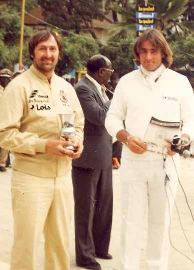 De huldiging in Dakar met naast Henk de grondlegger van de rally, de later met een helikopter verongelukte, Thierry Sabine.