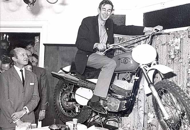 De plaatselijke kruidenier Jan Vleemingh was de eerste voorzitter van de supportersclub, die in 1969 een CZ 360 éénpijper bij elkaar spaarde voor Jan.