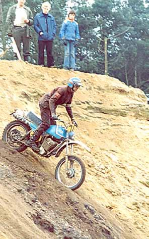 Een actieopname uit de kampioensrit van 1977 in Markelo, waar Jan tweede werd achter Gerard Rond.