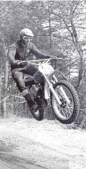 Stylist Jan van Beek in 1972 in Norg op de Husqvarna.