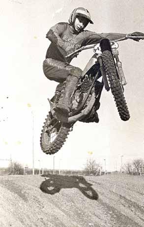 Johnny Vink in zijn spektaculaire rijstijl, waarmee hij onder meer de cover van een motorplaatjes-plakboek en de poster in de Sjors in 1973 haalde.