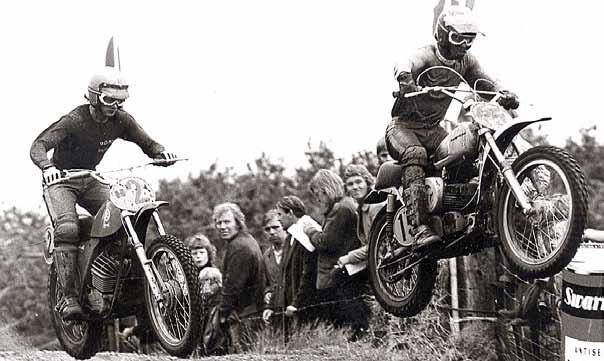 Een foto van de 125 cc FIM-cup in Bergharen waarin Vink niet op de Kawasaki maar op een standaard Husqvarna startte. Hier rijdt hij voor Gerard Rond (H2).