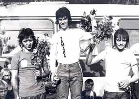 De eerste Nederlandse 125 cc toppers op het podium in Varsseveld in 1973: Johnny Vink, Mattie Ghielen en Gerard Rond. Dit drietal mocht ook namens Nederland starten in de FIM-cup.
