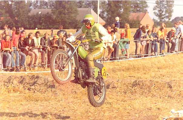 Johnny Vink in actie als Kawasaki-fabrieksrijder op de KX125 in 1974
