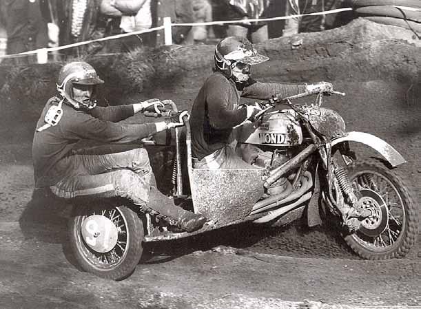 In 1975 reed Vink `voor de lol' een jaartje met een zijspancrosser, samen met zijn buurjongen Richard Vos.