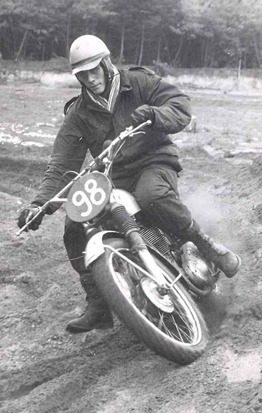 De BSA werd ook ingezet als er een betrouwbaarheidsrit gereden werd. Dikke jas aan sjaal om en rijden maar. Hier is Lubbers in actie tijdens de Oost Gelderlandrit van 1966. Een koplamp op de motor was toen nog niet verplicht.