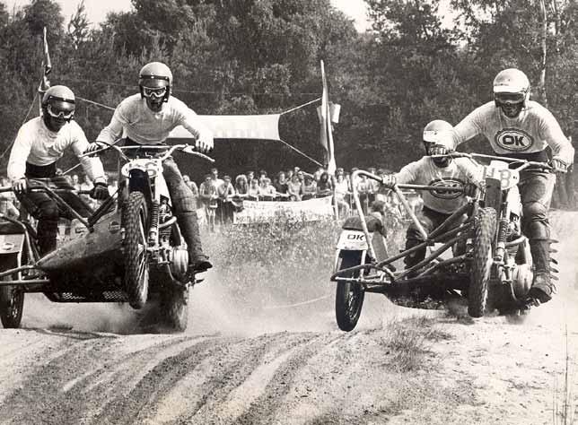 Lubbers (H8) samen in gevecht met zijn latere Yamaha-teamgenoot en Yamaha tuner Cor den Biggelaar.