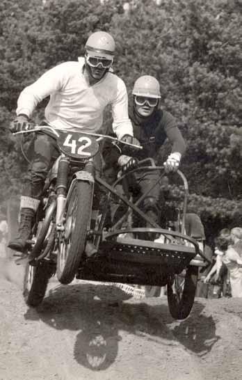 Nadat Lubbers het losse zijspan van Van Heugten aan zijn BSA had gelast, werd de latere voorzitter van de Lochemse motorclub, Gerard Kuiper in de bak gezet.