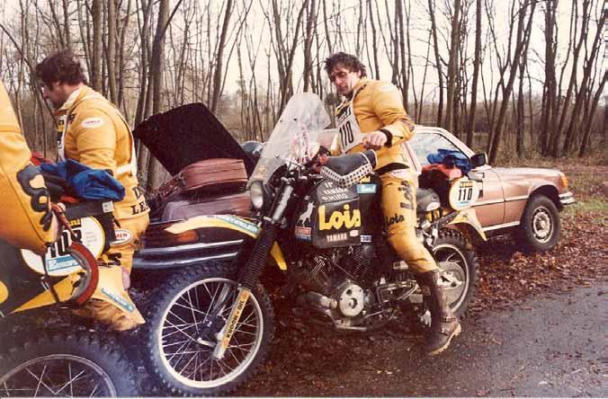 Tegenwoordig gaan er voor iedere coureur die aan de Dakar mee doet een paar monteurs, een snelle service auto en een vrachtwagen mee. In 1982 deden de mannen van het Lois/Yamaha team van Lee van Dam het vanuit de kofferbak van een Mercedes en een bruine leren koffer voor de bagage.
