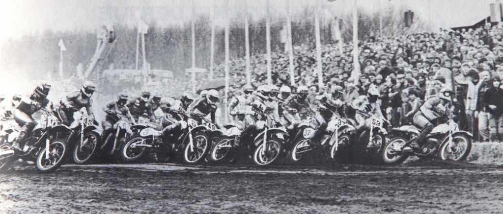 De start van de Cross der Azen in St. Anthonis 1981. Poppinga (3) zit achter Lemmens (7), Bruno (53), Hudson (37) en Klomp (5).