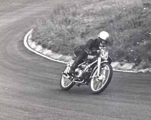 Motorsporters waren in die tijd vaak allrounders. Zo reed Rudi ook nog wegraces op Zandvoort met een Rumi.