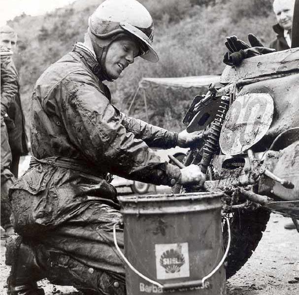 Motoronderhoud tijdens de ISDE op het Isle of Man in 1971. Ook sleutelen ging `Boompie' goed af.